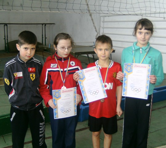 Теннисисты Славуты - мы победили! Слева направо: Влад Кухарчук, Даша Шабурова, Саша Лукьяненко, Вероника Олийник