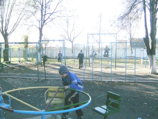 Теофиполь, игра на детской площадке