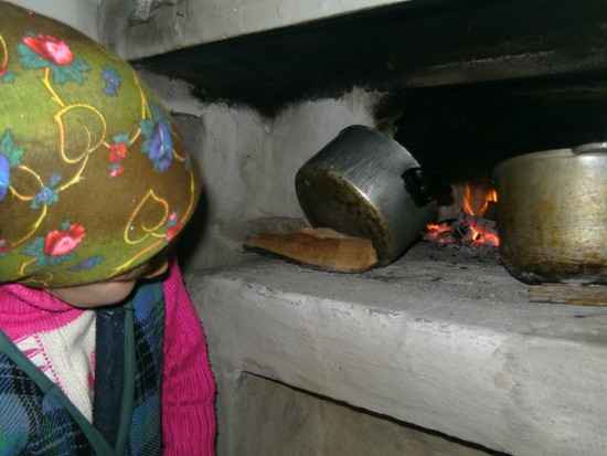 Катя смотрит в печку и видит, что дрова в ней уже почти прогорели. Печь нагрелась