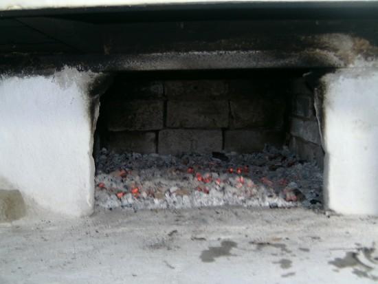 А вот и печка прогорела, остались лишь пышущие жаром угли. Теперь можно сажать паски