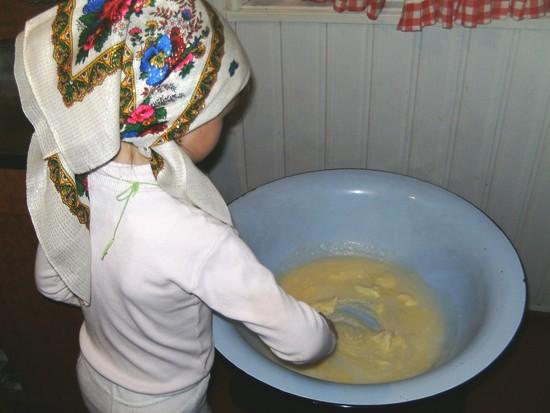 В отдельной емкости смешиваются яйца, масло, сахар