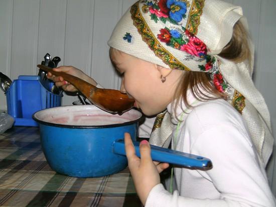 Пока поднимается тесто, можно попить киселика с помощью деревянной ложки.....