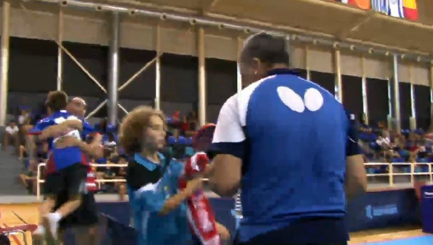 Историческая фотография! После финала. На переднем плане Элиас рассказывает, почему проиграл, а на заднем плане тренер обнимает Владислава Банникова!